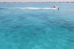 蓝色小船加勒比捕鱼海运turquioise 库存照片