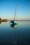 蓝色小船单桅三角帆船航行 免版税库存照片