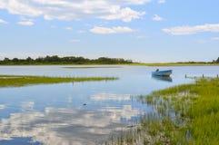蓝色小船在死水 免版税库存图片