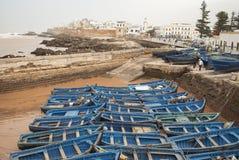 蓝色小船在Essaouira,老葡萄牙城市在摩洛哥 免版税库存图片