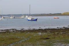 蓝色小船在Malahide出海口都伯林爱尔兰 库存图片