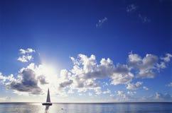 蓝色小船天空 免版税图库摄影