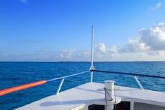 蓝色小船弓坎昆加勒比isla mujeres海运 图库摄影