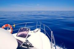 蓝色小船弓安静开放舷窗航行海运 库存照片