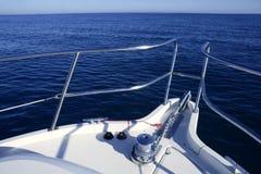 蓝色小船弓海洋假期yatch 库存照片