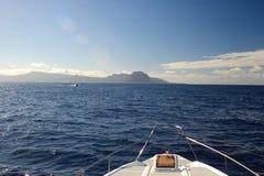 蓝色小船弓海洋yatch 图库摄影