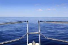 蓝色小船弓镇静巡航的海洋理想的海&# 免版税库存图片