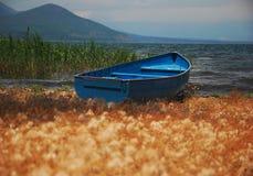 蓝色小船捕鱼 图库摄影