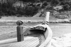 蓝色小船捕鱼 免版税库存照片