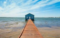 蓝色小船流洒在码头结束时 免版税库存照片