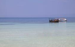 蓝色小船海洋出租汽车水 库存图片