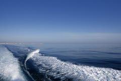 蓝色小船海洋海运苏醒 免版税库存照片