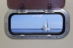 蓝色小船海洋舷窗风船海运视图 免版税库存图片