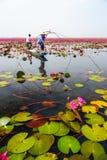 蓝色小船渔的女渔翁通过使用钓鱼传统fi 免版税图库摄影
