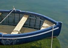 蓝色小船绿色老河 库存图片