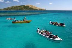 蓝色小船翱翔海洋绿松石 免版税库存图片