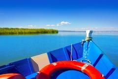 蓝色小船航行在巴伦西亚Albufera湖  库存图片