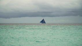 蓝色小船航行海运 博拉凯海岛菲律宾 库存照片