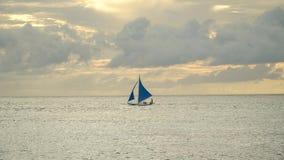 蓝色小船航行海运 博拉凯海岛菲律宾 免版税图库摄影