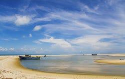 蓝色小船覆盖沙丘海运天空白色 免版税库存图片