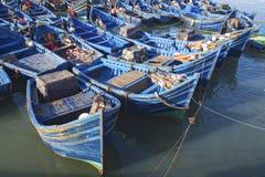 蓝色小船钓鱼 免版税库存图片