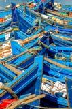 蓝色小船钓鱼 免版税库存照片