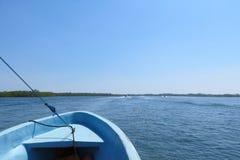 蓝色小船,大海 免版税图库摄影