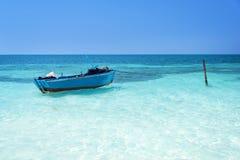 蓝色小船, Cayo Levisa古巴 图库摄影