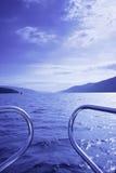 蓝色小船waterscape 免版税库存图片