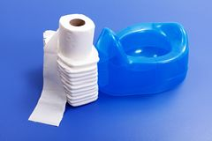 蓝色尿布裱糊傻的洗手间 免版税库存照片