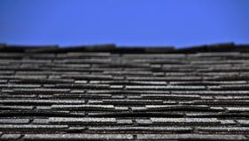 蓝色屋顶盖天空 免版税库存照片
