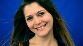 蓝色屏幕美丽的女孩有风头发舞蹈 股票视频