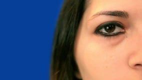 蓝色屏幕美好的女孩权利眼睛极端关闭  股票录像