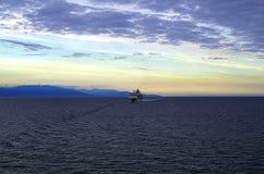 蓝色山和蓝色和黄色天空在太平洋 免版税图库摄影