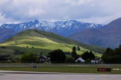 蓝色山在新西兰 库存图片