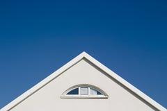 蓝色山墙天空白色 免版税库存照片