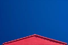 蓝色山墙红色屋顶天空 免版税库存照片