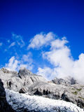 蓝色山天空多雪的石头 免版税库存照片