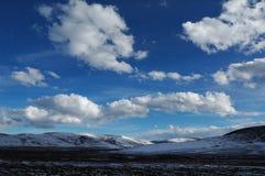 蓝色山天空雪 免版税库存图片