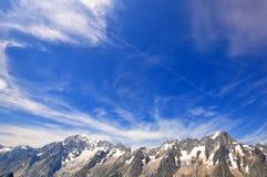 蓝色山天空 免版税库存照片