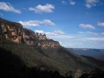 蓝色山峭壁和天空 免版税库存图片