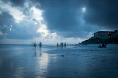 蓝色山海滩的模糊的海滩步行者 免版税库存照片