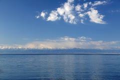 蓝色山湖。 免版税图库摄影
