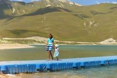 蓝色山湖Kazenoi在车臣共和国在一个晴朗的夏日 免版税库存照片