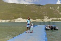 蓝色山湖Kazenoi在车臣共和国在一个晴朗的夏日 库存照片