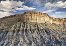 蓝色岩石峭壁的底视图 免版税库存图片