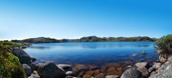蓝色峭壁盐水湖海运 免版税库存照片