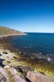 蓝色峭壁盐水湖海运 库存图片