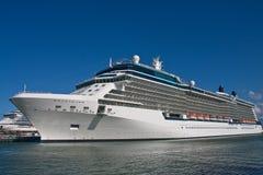蓝色巡航靠了码头豪华船天空下 免版税库存图片