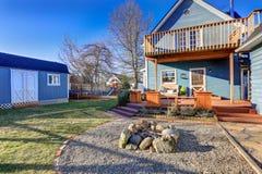 蓝色工匠房子外部有被盖的后沿的,火p 免版税库存图片